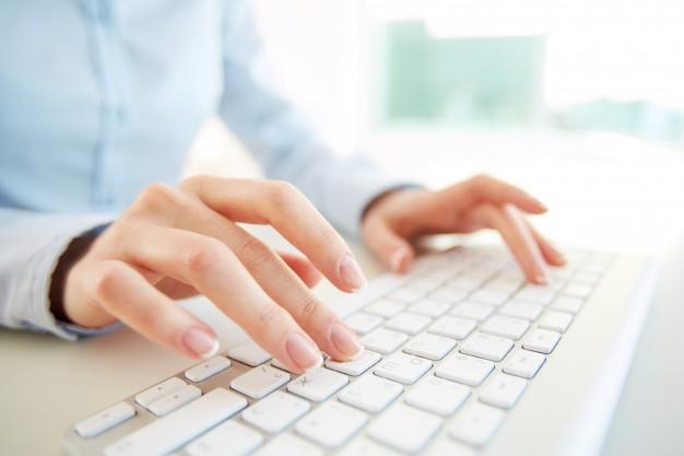 Mulher digitando em um teclado para computador