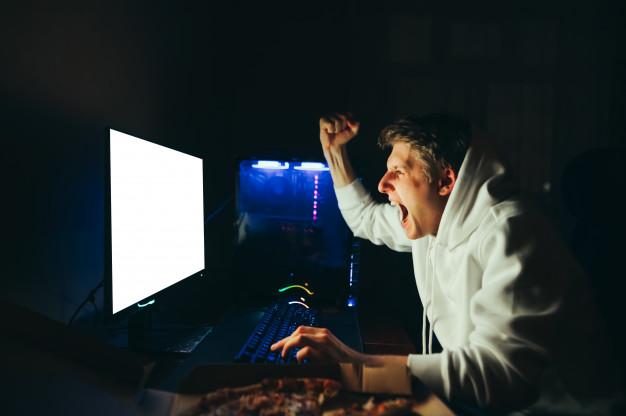 Jovem garoto jogando video game no pc gamer