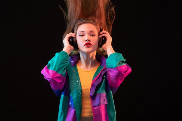 jovem garota ouvindo musica em seu fone de ouvido