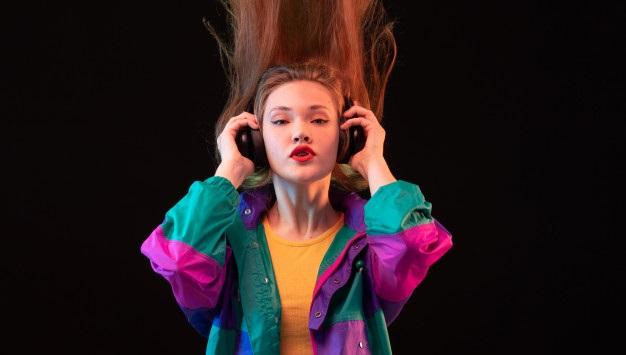 jovem mulher ouvindo musica em seu fone de ouvido