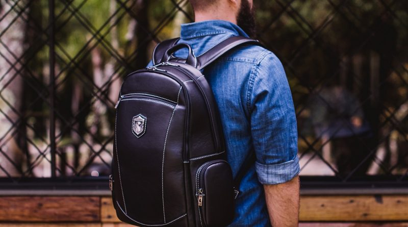 homem transportando seu notebook em uma mochila