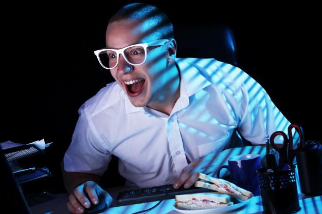 Jovem garoto jogando no pc gamer