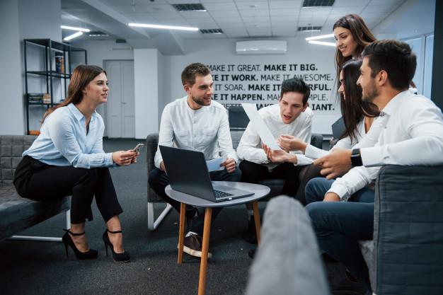 empresário se reunindo ao redor de uma mesa com um laptop para apresentação multimidia